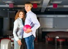 Le jeune couple joue au bowling Photo libre de droits