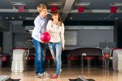 Le jeune couple joue au bowling Images libres de droits
