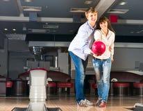 Le jeune couple joue au bowling Photographie stock libre de droits