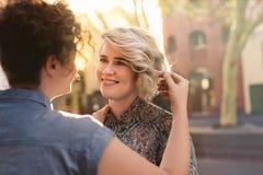 Le jeune couple lesbien affectueux regardant dans l'un l'autre le ` s observe Images stock