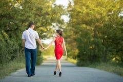 Le jeune couple marche en parc Image libre de droits