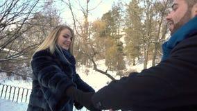 Le jeune couple marche en parc d'hiver clips vidéos