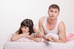 Le jeune couple n'est pas assez d'argent pour acheter un appartement Photographie stock libre de droits