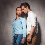 Le jeune couple occasionnel est dans l'amour Images libres de droits