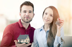 Le jeune couple a plaisir à obtenir les clés à propre maison images libres de droits