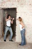 Le jeune couple répare dans l'appartement Photo stock