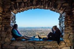 Le jeune couple regarde Phoenix de surveillance de Dobbins image stock