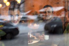 Le jeune couple se réunit dans un café une date Photos libres de droits