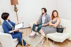 Le jeune couple se repose ensemble et regarde à différents côtés Ils ont et argument Psychologis se repose dans l'avant photo stock