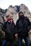 Le jeune couple va sur un pique-nique dans les montagnes Image libre de droits