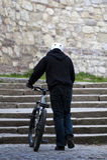 Le jeune curseur mâle urbain de vélo a tiré par derrière Photo stock