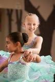 Le jeune danseur aide l'associé Photographie stock libre de droits