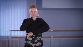 Le jeune danseur dans le hall pour des formations Il élève et travaille le hip-hop du mouvement La danse de hip-hop appartient à  clips vidéos