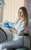 Le jeune dentiste maintient la mâchoire de jouet dans le coffret de la clinique dentaire photos libres de droits