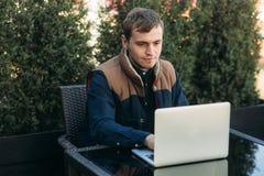 Le jeune directeur travaillant sur un ordinateur portable dans le caf? Pause de midi photos libres de droits
