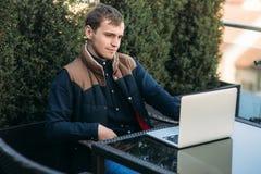 Le jeune directeur travaillant sur un ordinateur portable dans le caf? Pause de midi photographie stock