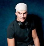 Le jeune DJ avec ses écouteurs Image stock