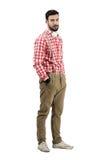 Le jeune DJ barbu dans de rétros vêtements regardant l'appareil-photo Image stock