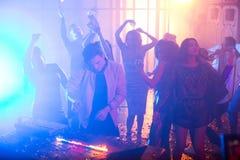 Le jeune DJ jouant dans la boîte de nuit photos libres de droits