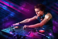 Le jeune DJ jouant sur des plaques tournantes avec des effets de la lumière de couleur illustration de vecteur