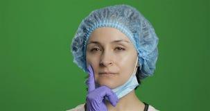 Le jeune docteur pense Travailleur m?dical f?minin adulte recherchant une bonne solution photos stock