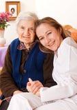 Le jeune docteur retient les mains de femme âgée Photos libres de droits