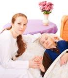 Le jeune docteur retient les mains de femme âgée Images libres de droits