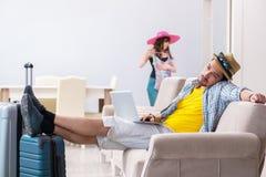 Le jeune emballage de paires pour le voyage de vacances d'été photos libres de droits