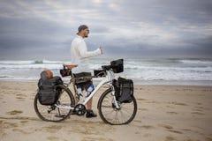 Le jeune emballeur de cycle de mand atteint la plage photographie stock