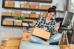 Le jeune entrepreneur, entrepreneur d'adolescent travaillent à la maison, alpha images stock