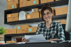 Le jeune entrepreneur, entrepreneur d'adolescent travaillent à la maison, alpha photo stock
