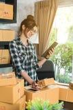 Le jeune entrepreneur, entrepreneur d'adolescent travaillent à la maison, alpha photo libre de droits