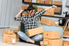 Le jeune entrepreneur, entrepreneur d'adolescent travaillent à la maison le strechi photographie stock