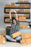 Le jeune entrepreneur, entrepreneur d'adolescent travaillent à la maison le strechi photographie stock libre de droits