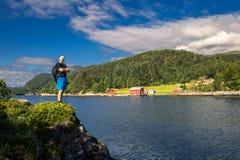 Le jeune et attirant homme se tient sur les roches, Norvège Photo libre de droits