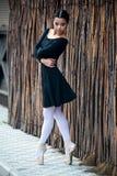 Le jeune et la ballerine incroyablement belle est posant et dansant dans un studio blanc complètement de lumière image libre de droits