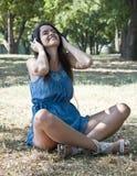 Le jeune femme écoutent la musique Images stock