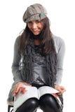 Le jeune femme élégant a affiché le magazine Photo libre de droits
