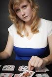 Le jeune femme étend le jeu de carte Photo libre de droits