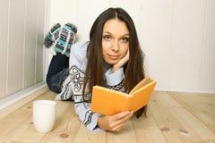 Le jeune femme affiche un livre Image libre de droits