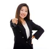Le jeune femme asiatique d'affaires indiquent l'appareil-photo. Images stock