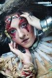 Le jeune femme avec créateur composent Une grande toile d'araignée avant de lune lumineuse étrange Images libres de droits