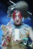 Le jeune femme avec créateur composent Une grande toile d'araignée avant de lune lumineuse étrange Photos stock