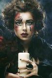 Le jeune femme avec créateur composent Une grande toile d'araignée avant de lune lumineuse étrange Photo libre de droits