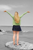 Le jeune femme avec des bras a tendu Photo libre de droits