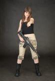 Le jeune femme avec le fusil affiche à disposition sur nous image libre de droits
