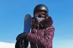 Le jeune femme avec un snowboard Photo libre de droits