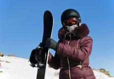 Le jeune femme avec un snowboard Photos libres de droits