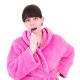 Le jeune femme brosse des dents Photo stock