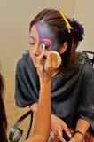 Le jeune femme composent par son beautician Images libres de droits